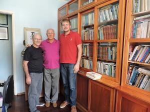 Patrono Arnildo Rockenbach entre o diretor (Amilcar Luconi) e o secretário (Rafael Rufino) de Cultura de Santa Rosa