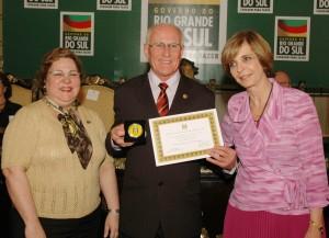 O Patrono Arnildo Rockenbach recebendo a distinção de Educador Emérito do Estado do RS da Governadora Yeda Crusius, em 2007