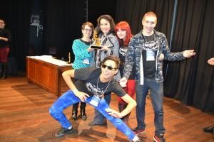 Grupo Máschara recebendo o troféu de melhor espetáculo infantil (Castelo Encantado)