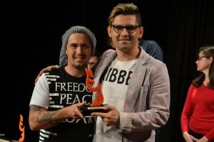 Lucimar Costa recebendo o troféu de melhor espetáculo adulto (Enquanto Mamãe não Morre)