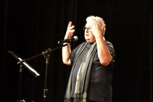 O crítico Antônio Carlos Brunet exercitou sua veia cantora no encerramento do Cena Viva 2017