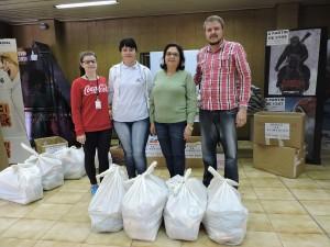 Representantes da ABEFRA recebendo os alimentos