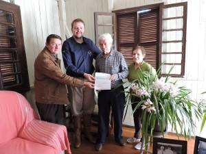 O Patrono Pedro Calegari recebendo o convite pelas mãos do secretário de Cultura Rafael Rufino e do tradicionalista Paulinho Dornelles