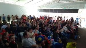 Plateia atenta aos movimentos das bailarinas da Reuci Dance Company